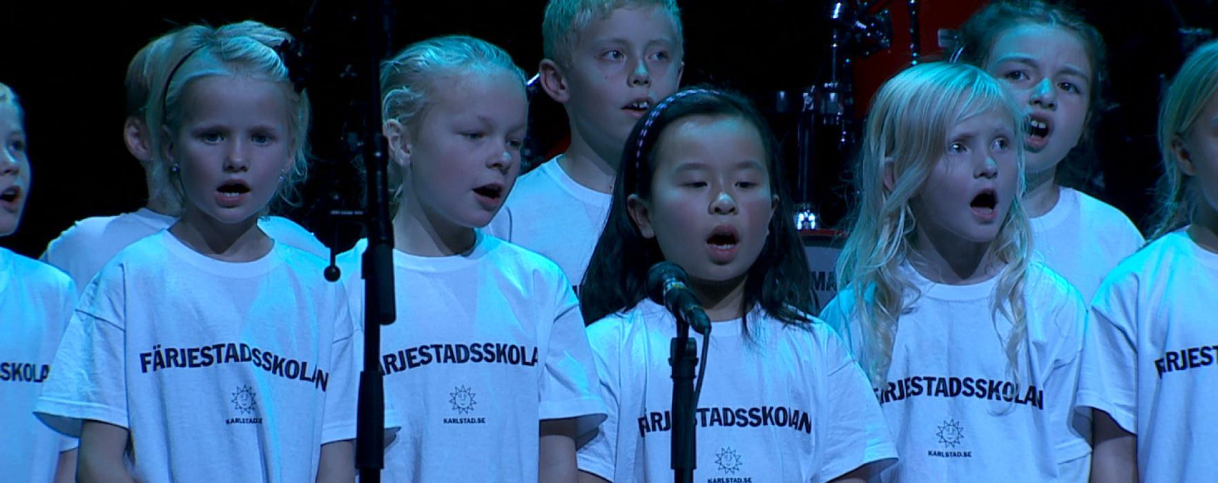 """Hela Värmland skramlar – Färjestadsskolans klass 2A framför """"Goliat"""""""