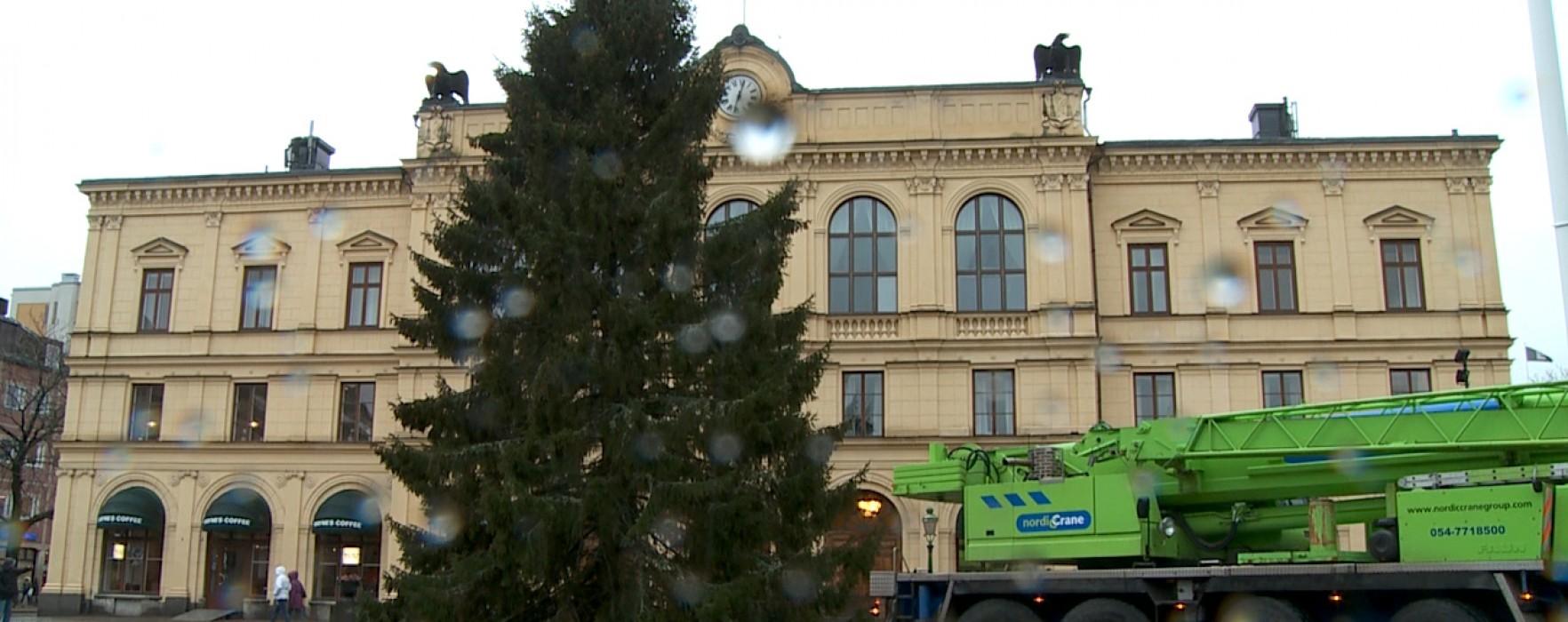 Årets julgran på plats i Karlstad
